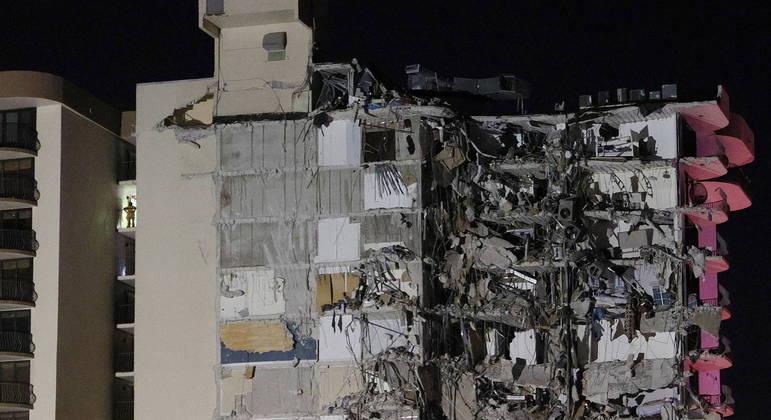 35 pessoas foram resgatadas vivas de seus apartamentos