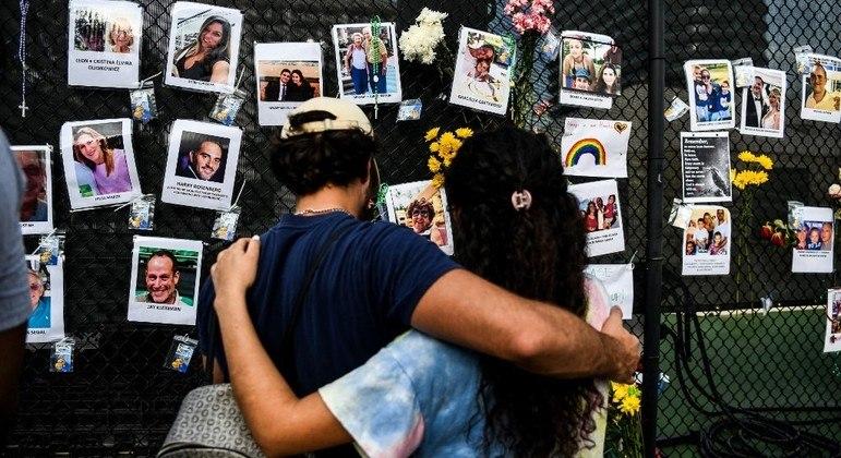 Familiares montaram um mural com as fotos das pessoas desaparecidas no desabamento