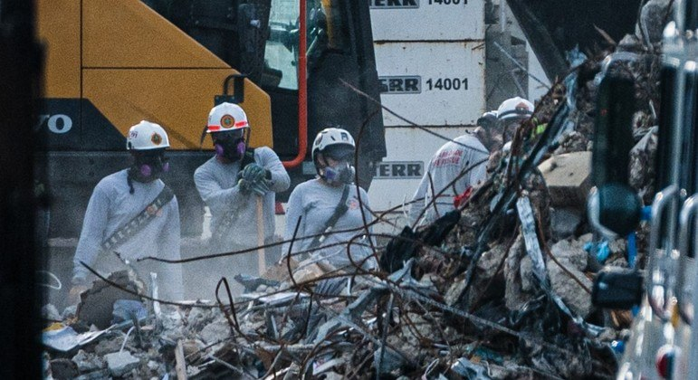 Esquipes trabalham há 5 dias para encontrar vítimas entre os escombros do desabamento