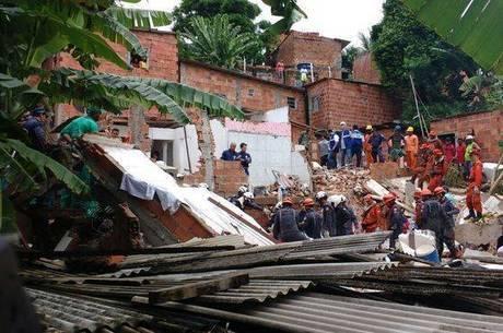 Quatro pessoas morreram após o desabamento de um prédio