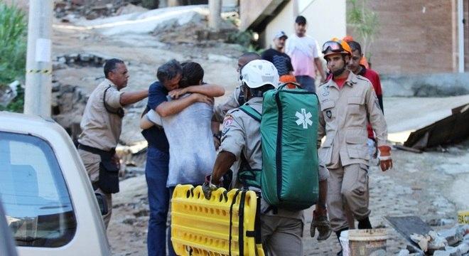 Moradores comemoram o resgate de vítima no Rio de Janeiro