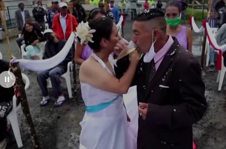 Desabrigados na pandemia se casam na Colômibia