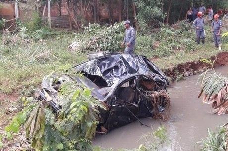 Carro foi encontrado a cerca de 1 km da ponte de onde caiu