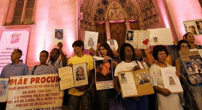 Ato reúne familiares de desaparecidos na Catedral da Sé, no centro de São Paulo