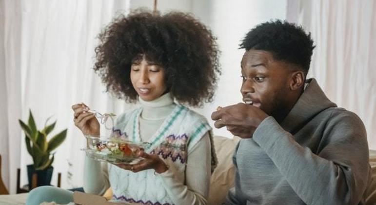 É comum buscar compensar a ansiedade por meio da comida
