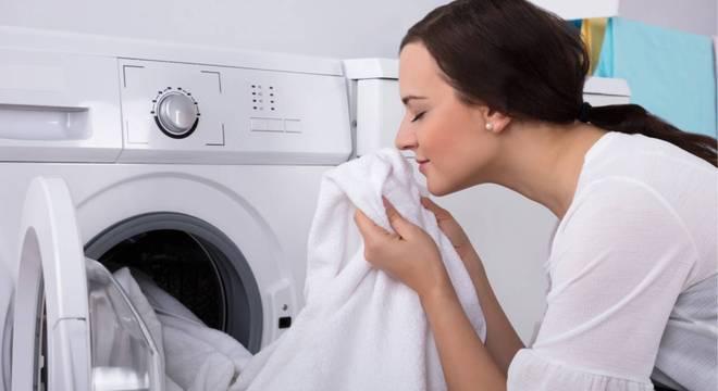 Descubra como tirar cheiro e manchas de mofo das roupas com ingredientes caseiros