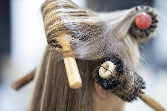 Escovas de madeira são ótimas pois, além de evitarem o frizz, massageiam o couro cabeludo com suas cerdas (que tendem a ser mais macias) e distribuem naturalmente a oleosidade dos fios por todo o comprimento, o que aumenta o brilho do cabelo e acaba com o aspecto de ressacado que tende a aparecer nas pontas