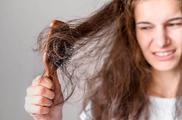 Pentear os cabelos pode ser uma tarefa complexa e mal sucedida caso você não souber qual é a melhor escova para o seu tipo de cabelo. Hoje existem dezenas de modelos à disposição, mas cada um tem particularidades que podem arruinar os fios ou facilitar a missão de deixá-los ainda mais lindos. Confira quais são os modelos de escovas e escolha o que melhor atende as suas necessidades