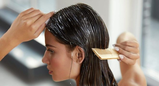 Desembaraçando o cabelo com pente