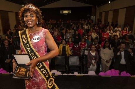 Elizabeth, com coroa e faixa de miss após vencer concurso