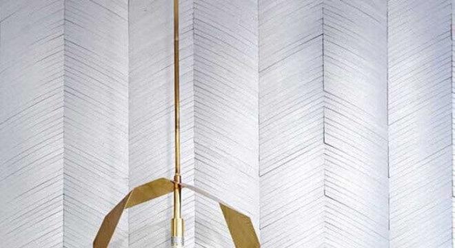 design arrojado de pendente para quarto com acabamento dourado