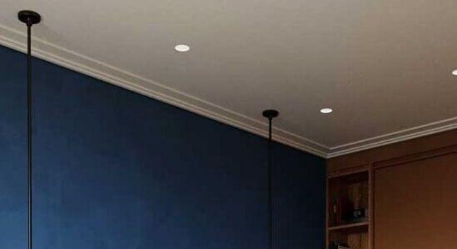 design moderno de pendente para quarto de casal com parede azul