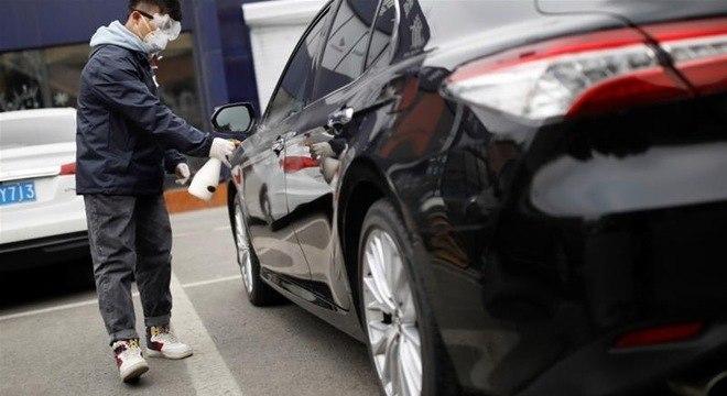 Desinfecção de carros em estacionamento de concessionária: cuidados sanitários