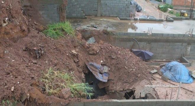 Deslizamento de terra atingiu casa em Embu das Artes, na Grande São Paulo