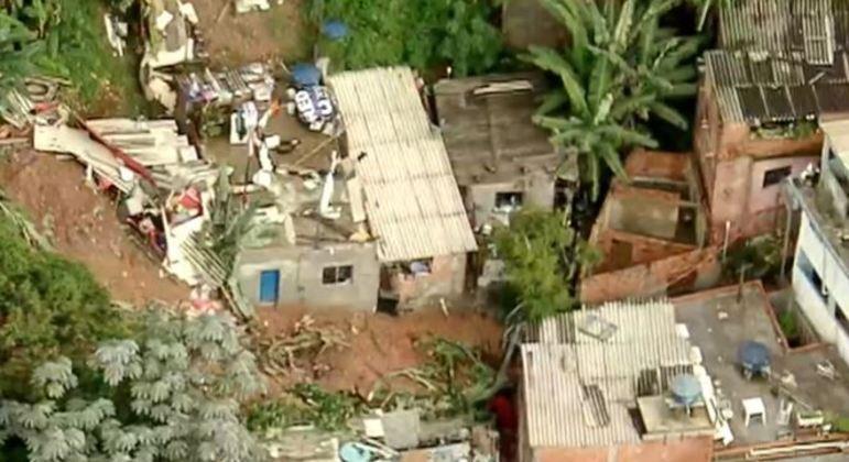 Seis pessoas da mesma família foram soterrados no temporal e ficaram sob escombros
