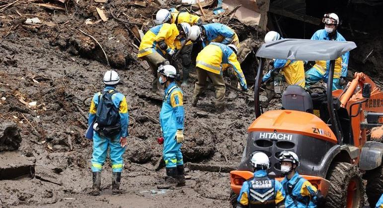 Equipes trabalham para localizar 22 pessoas que seguem desaparecidas na lama