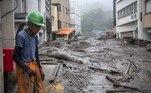 Mais de 200 pessoas morreram em 2018 após inundações devastadoras no oeste do Japão. Em 2020, as enchentes mataram dezenas de pessoas em meio à pandemia do coronavírus, o que tornou os esforços de resgate mais difíceis. Segundo os cientistas, o fenômeno tem sido acentuado pelas mudanças climáticas, à medida que uma atmosfera quente retém mais água, aumentando o risco e a intensidade de chuvas extremas