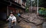 'Ouvi um barulho terrível e vi uma avalanche de lama descendo, enquanto alguns trabalhadores pediam às pessoas que evacuassem. Também corri para me proteger nas alturas', relatou uma testemunha ao canal público NHK. 'Quando voltei, as casas e os carros tinham desaparecido', acrescentou