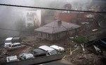Segundo imagens da televisão, uma torrente de lama destruiu algumas casas e soterrou outras na cidade costeira de Atami (sudoeste de Tóquio), de onde os habitantes fugiram tentando se proteger