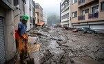 'Devido à ação das chuvas torrenciais, o terreno cedeu e uma avalanche se formou (...) Em sua passagem, varreu casas e habitantes' e cortou uma rodovia nacional, declarou a repórteres o governador do departamento de Shizuoka, Heita Kawakatsu