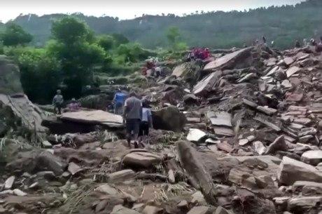 Deslizamento destruiu parte de uma vila no Nepal