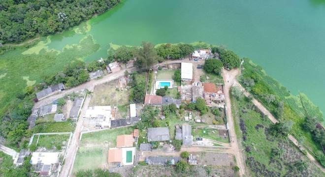 Margens das represas, que deveriam ser preservadas, são tomadas pelas invasões