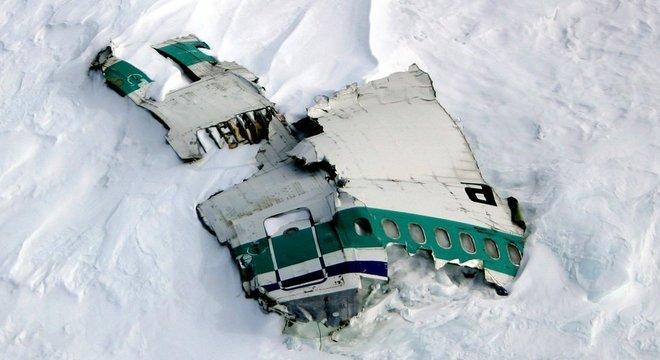 Destroços do avião ainda estão na montanha