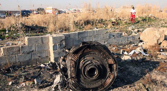 Destroços de um dos motores da aeronave que caiu logo depois de decolar do aeroporto internacional de Teerã