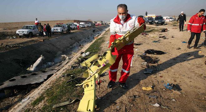 Equipes de resgate foram enviadas para retirar os corpos das vítimas entre os destroços do avião
