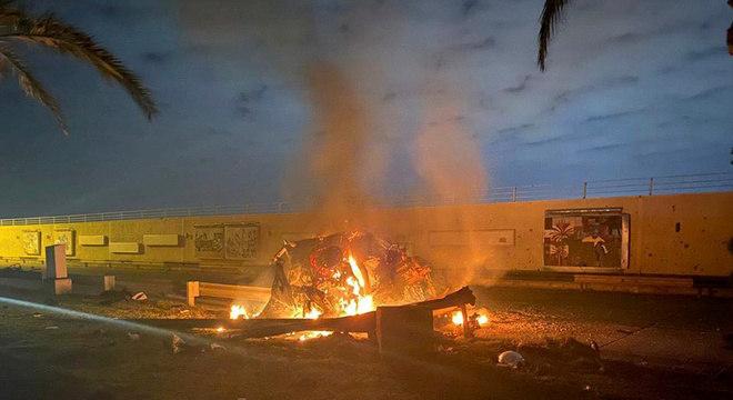 Destroços em chamas em rodovia perto do aeroporto internacional de Bagdá
