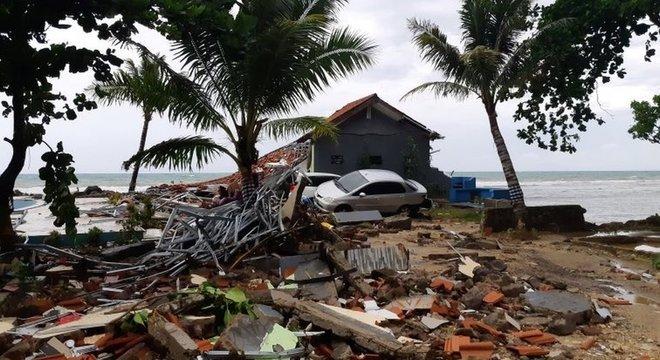 Destroços estão espalhados pela praia de Carita, na Indonésia