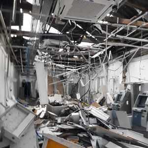 Agência bancária ficou destruída após uso de explosivos