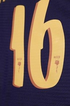 Detalhe da fonte da numeração da camisa, que aparece na cor dourada, assim como o escudo do clube.