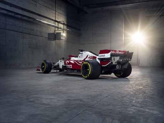 Detalhe da traseira e da lateral do novo carro da Alfa Romeo