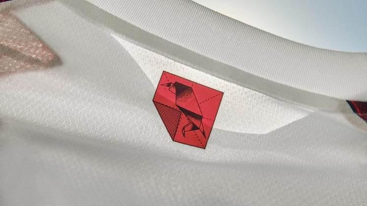 Detalhe do origâmi em formato de urubu na parte das costas da camisa do Flamengo.