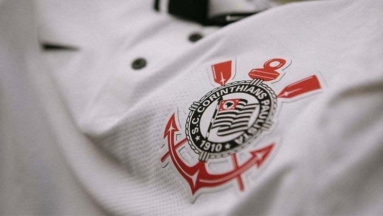 Detalhe dos dois botões e da gola polo na cor preta, grande novidade do uniforme.