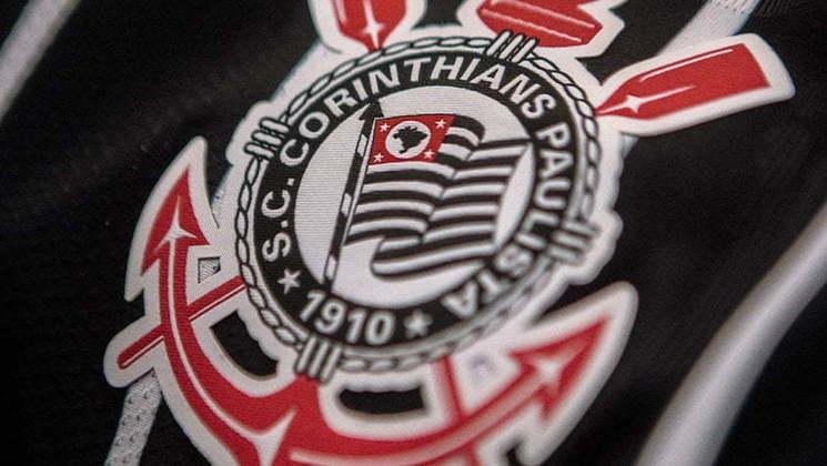 Detalhe para o escudo do Corinthians em meio às listras brancas e pretas da nova camisa número 2 do clube