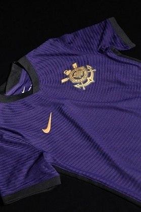 Detalhes em preto complementam o design, e o dourado foi escolhido para o escudo do clube e o swoosh (logomarca da Nike) que aparecem na frente da camisa.