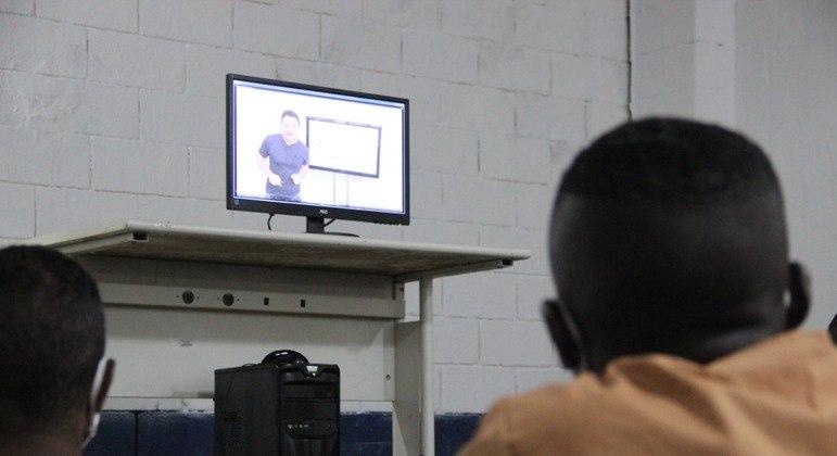 Detentos acompanham aulas online do cursinho preparatório para as provas do Enem