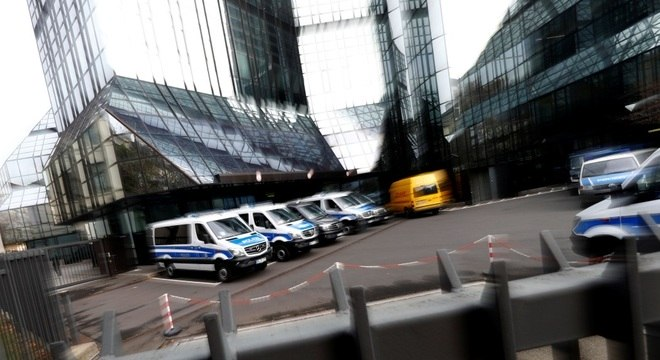 Buscas visam dois funcionários do Deutsche Bank que estariam envolvidos no escândalo