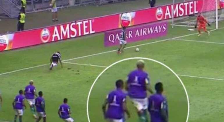 Deyverson longe da jogada de gol do Palmeiras. Conmebol rejeitou pedido de anulação
