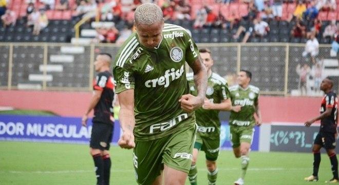 Deyverson comemora gol do Palmeiras no jogo contra o Vitória, em Salvador