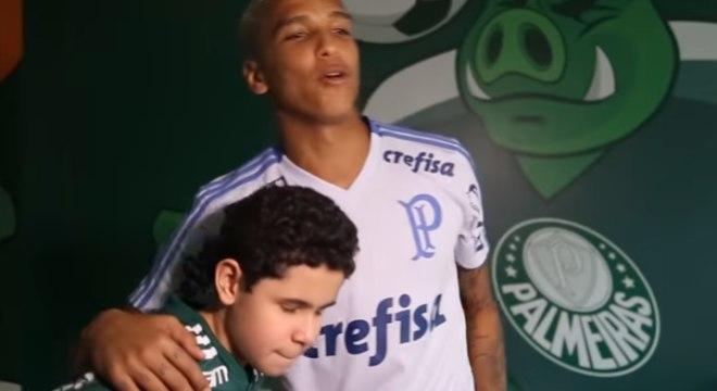 Nikollas conheceu o atacante Deyverson e foi presenteado pelo clube