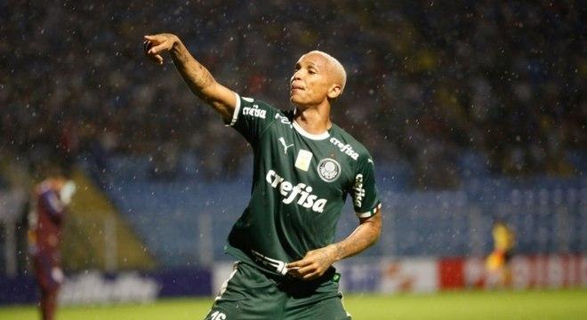 Deyverson, então jogando no Palmeiras, que pediu para que uma mulher e sua filha, que pediam dinheiro na entrada de um restaurante, se juntassem a ele na refeição