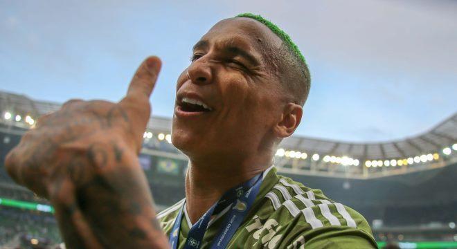 Atacante Deyverson, de cabelo verde, comandou festa com torcida do Palmeiras