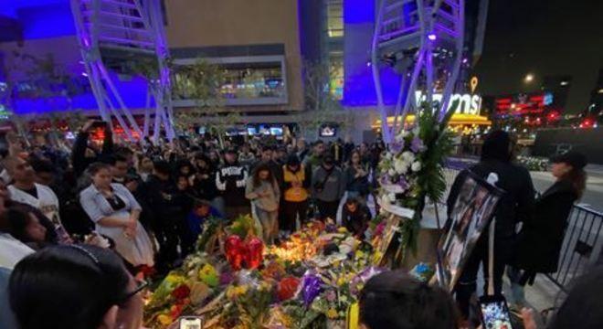 Dezenas de fãs se aglomeraram na região, cujo acesso foi limitado por cordões de isolamento