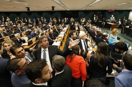 Deputados participam de reunião da CCJ