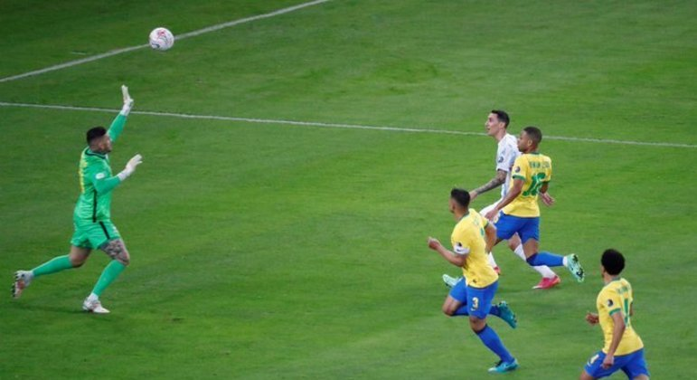 Di Maria marcou o gol histórico. Depois de falha infantil de Renan Lodi. Festa argentina