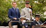 Antes do desfile, o chefe de Estado havia descido a Champs-Élysées, sob um céu nublado, em uma viatura de comando com o chefe do Estado-Maior, o general François Lecointre, que termina seu mandato em poucos dias e será sucedido pelo atual chefe do Estado-Maior do Exército, Thierry Burkhard