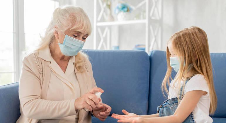 Uso de máscara deve ser mantido permanentemente caso ocorra encontros durante a data
